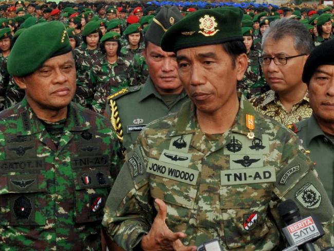 Indonesian President Joko Widodo (C) and Army Chief General Gatot Nurmantyo (L). The government went over the army chief's head by backing down on the situation on Thursday.